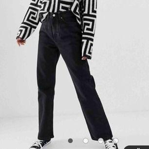 Svarta Row jeans från weekday, dom är använda men fortfarande bra skick!! As snygga💕💕💕 28 är storleken i midjan och 32 är i längden