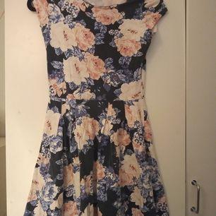 En blommig klänning i storlek S. I fint skick men inte använd på något år då jag har växt ur den, knappt använd. Den är i ett väldigt skönt material och väldigt stretchig. Köpare står för frakt.