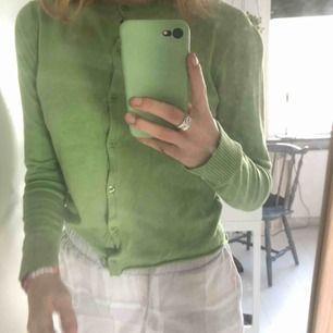 Trendig, vintage kofta/cardigan som jag har klippt av (se bild 1). Fin färg nu till våren! Säljer pga för lite användning. Kontakta mig för mer information eller för fler bilder :)