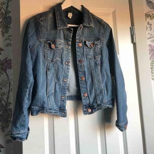 Enkel snygg jeansjacka ifrån Gina i ett något stretchigare material. Skulle säga den passar allt från xs-m beroende på önskad fit