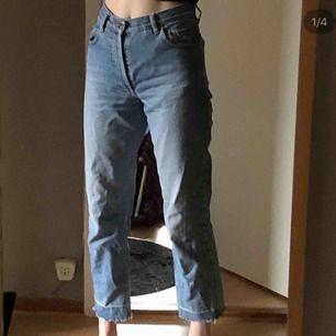 Ljusblåa momjeans med cool detalj längst ner på byxorna, köpta på episoder i Köpenhamn