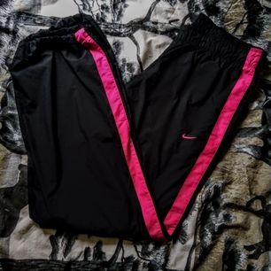 Vindbyxor i mörkblått från Nike. Blir skit coola att ha nu när värmen kommer.