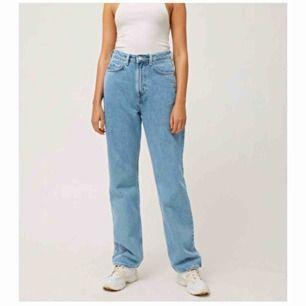 Säljer mina älskade jeans i modellen row!  Säljer dom för dom har blivit stora på mig och får ingen användning av dom heller. Skulle nog säga att dom är lite mörkare irl.  Köparen står för frakten !💗💗