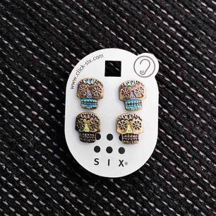 Säljer två par örhängen från märket SIX. Helt oanvända. Fraktkostnad tillkommer. Ställ gärna frågor :)