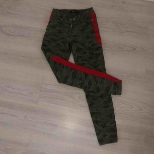 60kr + frakten. Ett par coola jeans med två röda ränder på sidorna. Dom är i storlek XS men rätt så stora i storleken så skulle säga S/M kanske. Bakfickorna är tyvärr fake men det finns framfickor och fickor på sidan. Byxorna är köpa på New Yorker.
