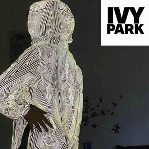 Vind/regnjacka i reflexmönster från Ivy Park. Använd ett fåtal gånger, som ny! Köpt i London för 1500kr. +Frakt 48kr🦋
