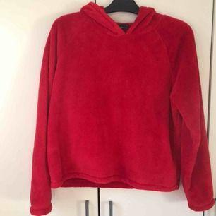 Klar röd luvtröja i jätte mysigt och varmt material! Inte använd mycket. Normal passform och längd.