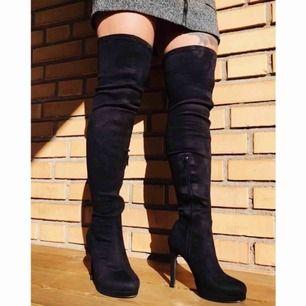 Over knee boot från NLY Shoes. Säljs pga aldrig används, är bara testade.  Mockaimitation. Försluts med dragkedja på insidan. Skaft 58 cm, Klackhöjd 11 cm, Omkrets skaft 39 cm.