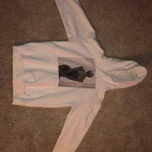 Säljer en skit snygg hoodies pga att den är för liten. Storlek S, lite liten i storleken. Inga fläckar eller skador. Knappt använd
