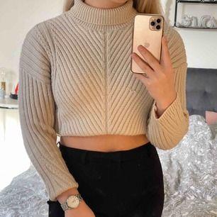 Jättefin och såå skön stickad tröja från H&M som inte kliar överhuvdtaget! Storlek XS men sitter bra på mig som har S! (Har vikt in tröjan på bilden) Frakt tillkommer