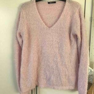 Gosig ljus rosa tröja som är lite längre, normal passform och i fint skick!