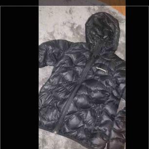 Hej! Säljer min älskade peak jacka (svart) då jag köpt en pjs! Den är köpt för en månad sedan och inte alls mycket använd, skriv vid frågor💗kan gå ner i pris vid snabb affär