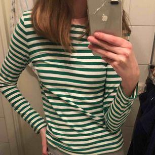 Säljer denna snygga randiga tröja ifrån & Other Stories🧚🏻🧚🏻 den är i bra skick! Köparen står för frakten:)