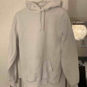 En vit basic hoodie från H&Ms killavdelning, har blivit noppig men annars bra skick⚡️ frakt blir 79kr