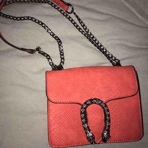 Fin rosa väska som liknar guccis väska, den e liten å man får plats med lite grejer i den men väldigt fin å aldrig använd❤️