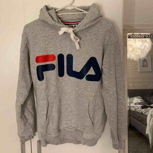 En FILA hoodie i princip nyskick, endast använd 3 gånger🤍🤍 frakten blir 79kr