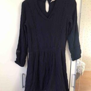 Fin och enkel mörk blå klänning i normal längd och passform, den är ganska tunn och  i fint skick!