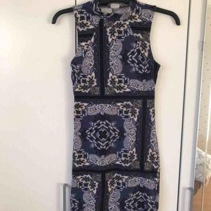 Snygg tajt klänning med fint mönster, bra passform och normal längd. I fint skick!
