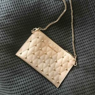 Axelremsväska från Versace Jeans, aldrig använd så därav i mycket gott skick!😍 nypris ca: 1500kr