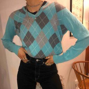 Super snygg stickad tröja, snyggt att ha skjorta under⭐️
