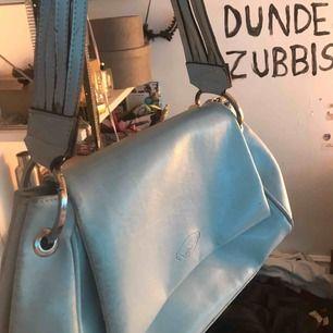 Gullig blå väska