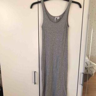 Enkel lång klänning (går nästan ner till fötterna) i stretch material så passar även M. I fint skick.