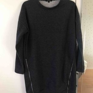 Varm och enkel tunika/tröja i tjockare material och detalj dragkedjor som man kan öppna. Helt ny!