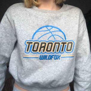 Cool sweatshirt från HM med sportigt tryck, den har en permanent fläck med smink på ena armen som ni kan se i sista bilden men annars bra