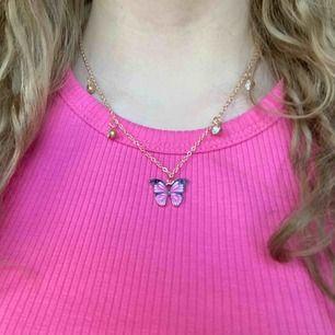 Super super fint Guldigt halsband med rosa fjäril! 💓