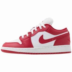 Säljer nu mina Nike jorden då de tyvärr inte passar mig. Har använt skorna en gång så det är helt enkelt i väldigt bra skick! Skriv i chatten med bud vid intresse!