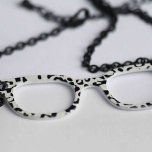 Ett längre halsband i svart kedja med glasögon detalj med prickar! Rolig detalj till skjortan 🥀🕶