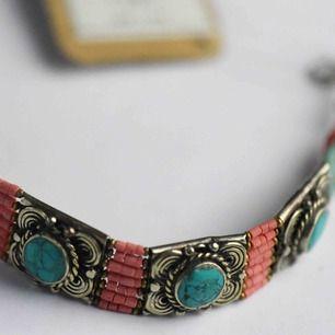Köpt i en liten butik i Sri lanka, mega mega fint armband med lapparna på! Så fina färger som jag hoppas pryder någons handled snart, från andra sidan jorden 💘