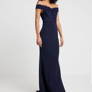 Köpt den här fina navy bröllopsklänningen, använt den enbart en gång på bröllopet och efter det har den aldrig kommit till användning, köpte den för 600 kronor från zalando, säljer den för 200kr! Priset kan diskuteras