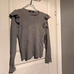 Ribbad tröja med volanger, använd fåtal gånger. Köparen står för frakten :)