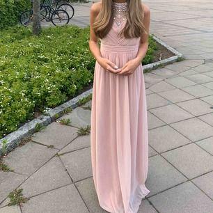 Super fin balklänning i bra skick! Den är skräddarsydd vid midjan så vet inte storleken helt, men jag är 162 cm och den är lite lång på mig.  Kan mötas upp i Uppsala eller frakta (står ej för frakten)
