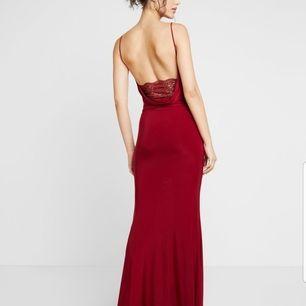 Köpt den här fina vinröda bröllopsklänning, använt den enbart en gång, köpte den för 500, säljer den för 200, priset kan diskuteras! Den är stretchig så den passar xs-m!