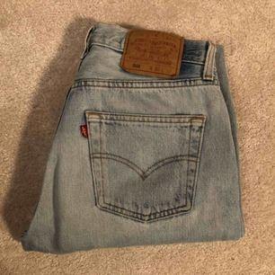 Ett par jeans från Levis dom är i storlek W 30 L 32 men jag har sytt in dom hos skräddare och Klippt av dom så jag skulle säga att det är som en 36 kanske en 34💕🥳