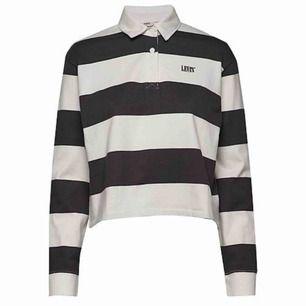 SÖKES// egentligen vilken tröja som helst i den här modellen, eller bara om någon vet vad såna här tröjor kallas skulle de va asschysst♥︎