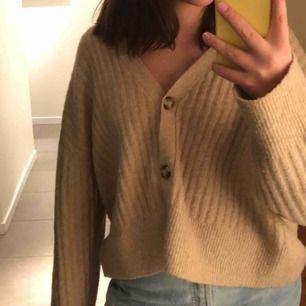 Sååååå fin kofta från Zara den är i storlek L men passar en S. Den är så fin att ha med en T-shirt eller linne!!!!💕💕💕🥰❤️