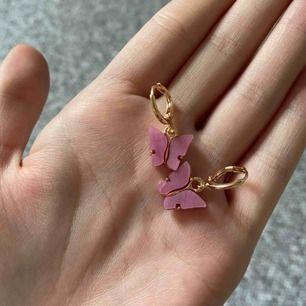 Rosa populära örhängen med guld detaljer! 💓
