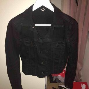Jättefin lite croppad jeans jacka från hm storlek S/36