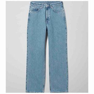 Ett par jätte fina jeans från weekday modellen är (row sky blue) tror jag och anledningen till varför jag säljer är för jag råkade köpa för stor storlek, annars är dom jätte fina och är bra längd och går ner till skorna för mig som är 164 cm lång :)