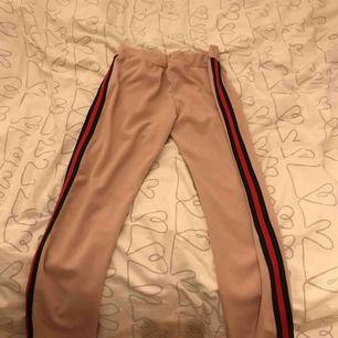 Säljer mina rosa gucci imitation byxor från missäy.  Köpta för 400kr. Använt en gång. Har en liten fläck på ena benet och några små hål på baksidan, därav priset. Köparen står för frakten, står ej för postens slarv.