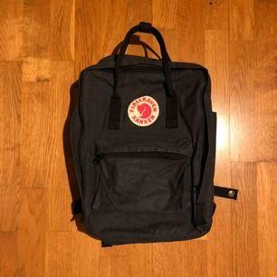 En Fjällräven Kånken väska i svart. Sparsamt använd & i väldigt fint skick. Väskan är mellanvarianten där dator, A4-block mm får plats. Nypris är 995kr. Fråga gärna om mer bilder vid intresse!