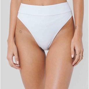Säljer dessa helt oanvända högmidjade bikini trosor från NAKD.  Strl 36/S Oanvänt skick! Vit ribbade, med halvstring baktill.