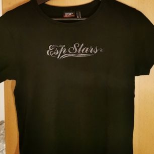 Enkel svart tröja med enkelt tryck. Storlek 40 skulle dock snarare säga s. 90 kr inklusive frakt