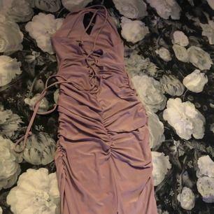 Säljer nu min balklänning för har inget behov av den längre, har använts 2 gånger - 9ans bal & ett bröllop (gäst)  Svårt att få bilder på den då den  ska sitta spänt och tajt över kroppen vid kroppkonturerna