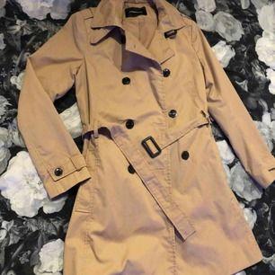 Mycket fin och detaljerad trench-coat från stradivarius, köptes i Tenerife i deras butik  Den är i storlek L och bär själv s-m annars  Ett litet fel att ena bältfickan har gått loss men går att fixa med nål och tråd