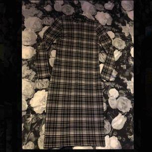 Fortfarande oanvänd klänning från Gina, jätte fin och har tjockt material. Skulle bli ett projekt att bli tröja+kjol men orkade inte göra det så hoppas den får en ny ägare för den är fin som den är också hel eller inte.