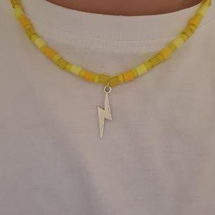 Säljer nu handgjorda pärlhalsband. Här just nu bara detta gula med vid förfrågan så kan jag göra i andra färger också. Just denna färg är perfekt nu till påsk. Halsbandet är strechigt. 100 kr+frakt❤🧡💛💚💙💜